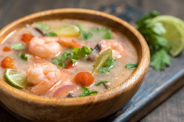 Tom yam kong of tom yum, tom yam is een pittige, heldere soep die typisch is voor thailand