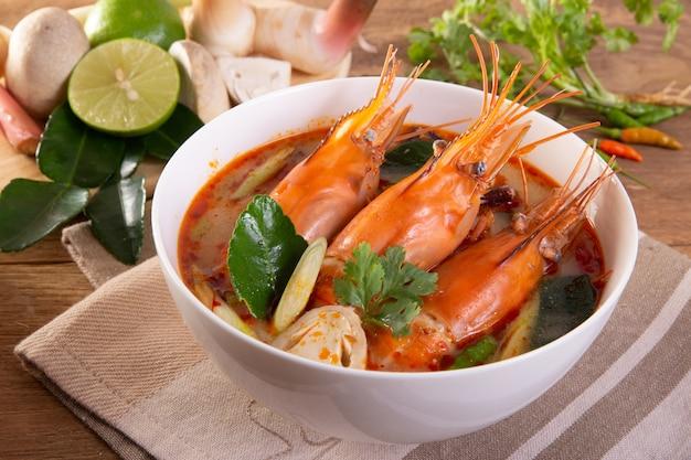 Tom yam kung is een pittige heldere soep die typisch is voor thailand