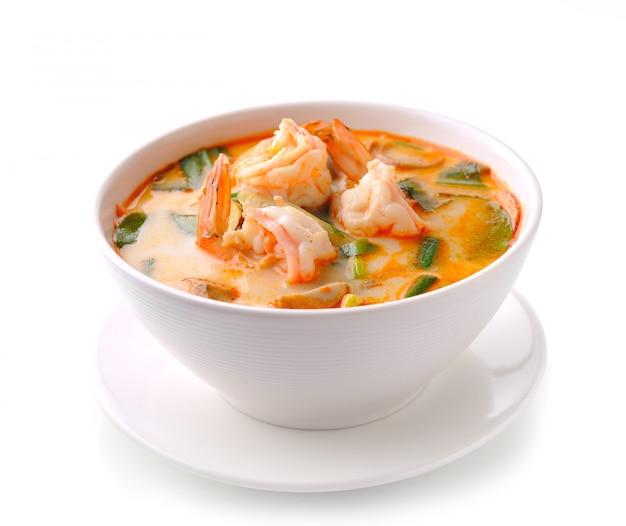Tom yam kung (thaise keuken) die op wit wordt geïsoleerd