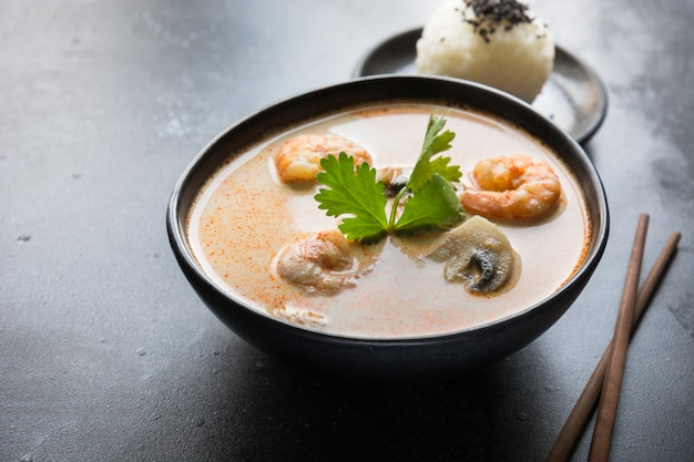 Tom yam kung thaise soep met garnalen, zeevruchten, kokosmelk, spaanse peper en rijst.
