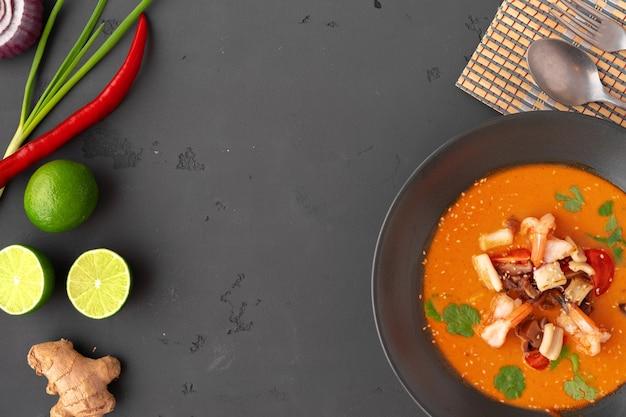 Tom yam thaise soep in zwarte kom