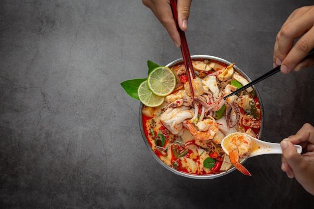 Tom yum gemengde zeevruchten in dikke soep hot pot pittig thais eten.