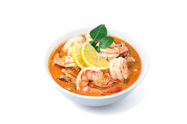 Tom yum goong spicy sour soup op wit wordt geïsoleerd dat