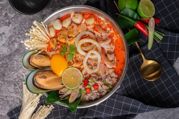 Tom yum kung. de thaise hete pot van de zeevruchtenstijl van de voedselstijl. traditioneel thais eten