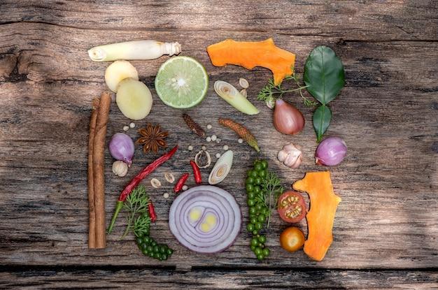 Tom yum of groente en kruiden eten antiviraal en immuun voor het lichaam, zoals chili limoen sjalot peper ui kaempfer en kurkuma bovenaanzicht plat leggen