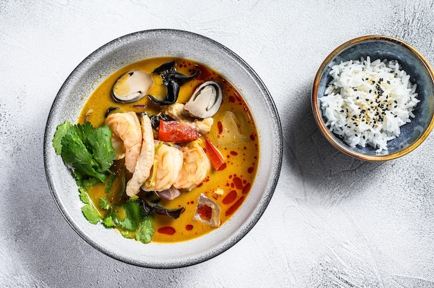 Tom yum soep met garnalen en kokosmelk