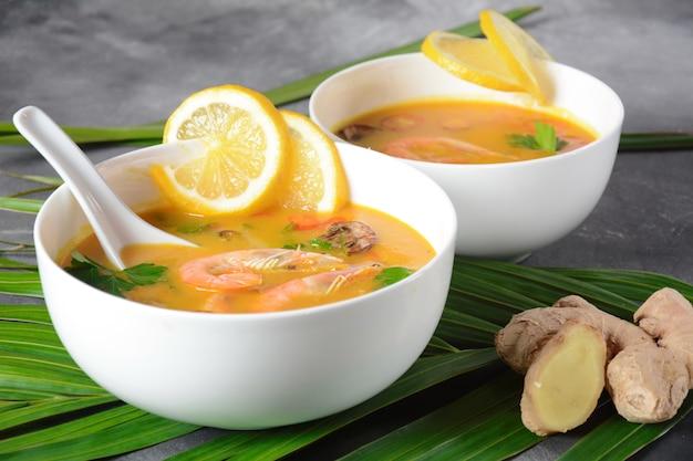 Tom yum - traditionele pittige thaise soep met kokosmelk, spaanse peper, citroen, champignons. aziatische soep