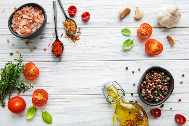Tomaat, basilicum en peper met knoflook op wit hout