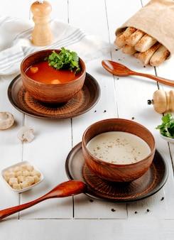 Tomaat en champignonsoepen op tafel