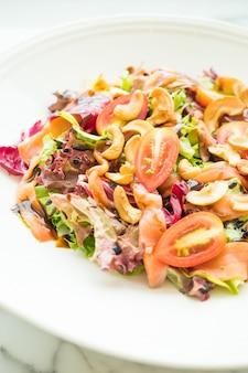 Tomaat en plantaardige salade met gerookte zalm vlees
