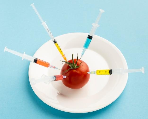 Tomaat geïnjecteerd met ggo-chemicaliën hoog zicht