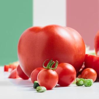 Tomaat op het oppervlak van de italiaanse vlag