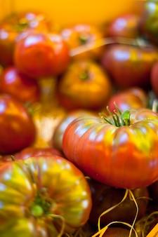 Tomaten die op een boerenmarkt verkopen
