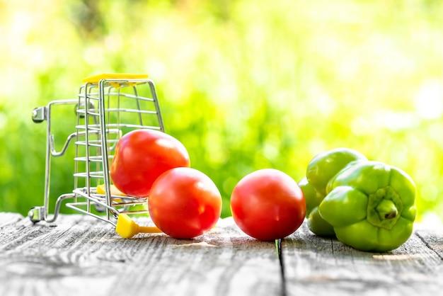 Tomaten en groene paprika's bij een omgevallen kar.