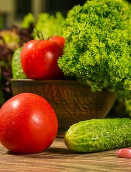 Tomaten en komkommers op een houten tafel