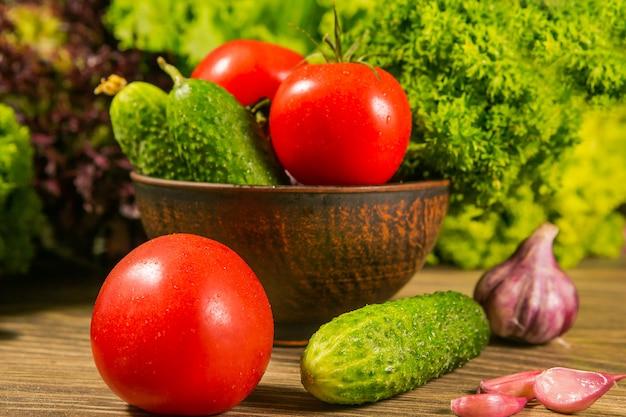 Tomaten en komkommers op hout