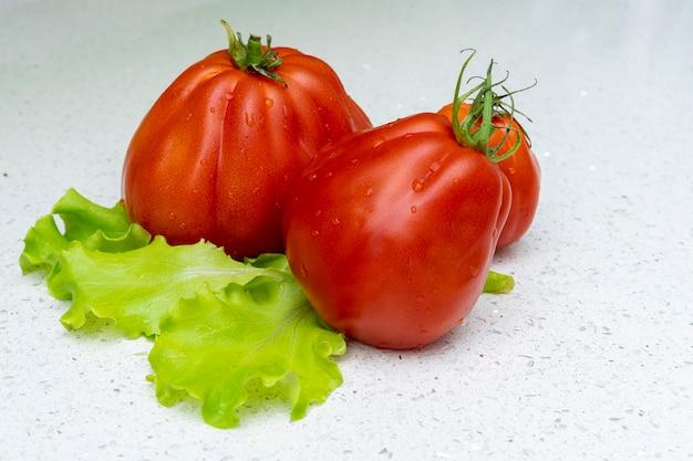 Tomaten en salade op een lichte achtergrond