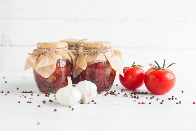 Tomaten in de pot. zelfgemaakte zongedroogde tomaten. tijdelijke sluiting. blikvoer voor de zomer en de herfst