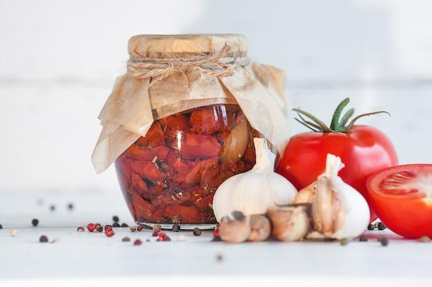 Tomaten in de pot. zelfgemaakte zongedroogde tomaten. tijdelijke sluiting.
