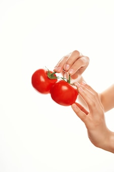 Tomaten in handen voor zeldzame ingrediënten vitamines groenten