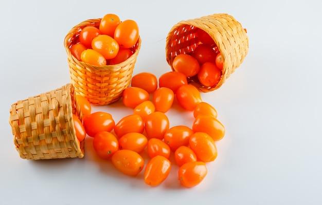 Tomaten in rieten manden. hoge hoekmening.