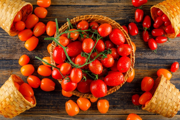 Tomaten in rieten manden plat lag op een houten tafel