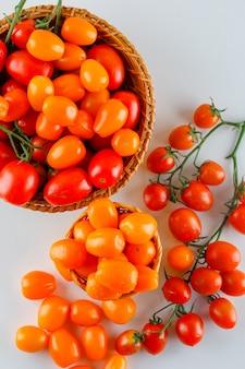 Tomaten in rieten manden. plat lag.