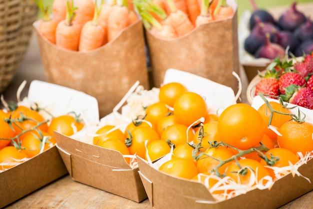 Tomaten in vakken op tafel