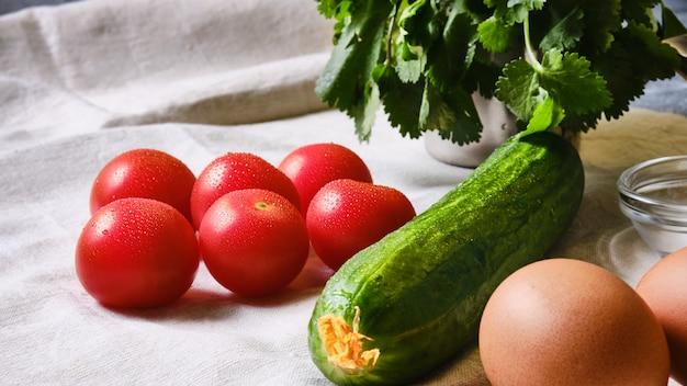 Tomaten, komkommers, eieren en kruiden