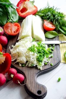 Tomaten, komkommers, roodgele en oranje paprika's, radijsjes, uien, kruiden