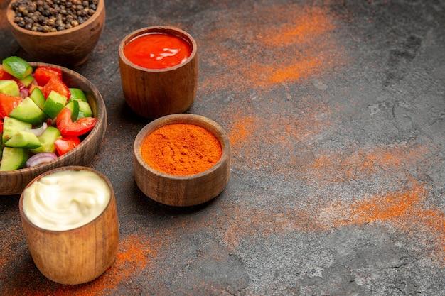 Tomaten-komkommersalade geserveerd met verschillende smaken