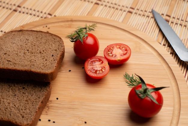Tomaten met zwart brood en groen voor het avondeten