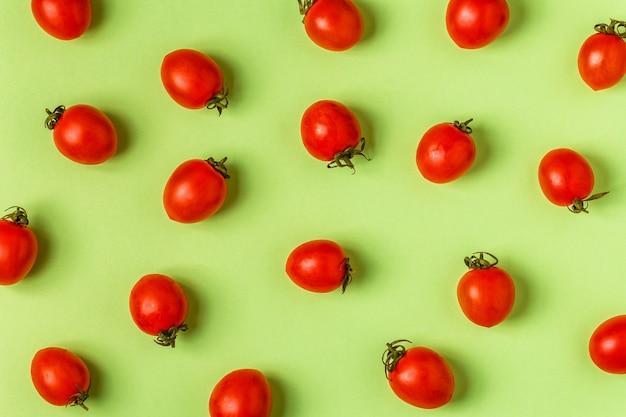 Tomaten op een groene pastel achtergrond