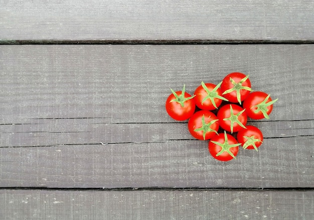 Tomaten op een natuurlijk houten oppervlak