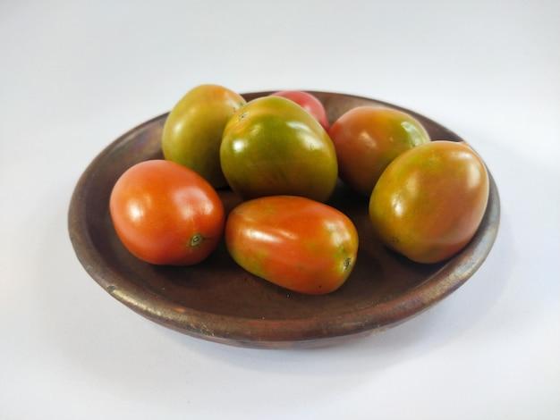 Tomaten op een traditionele kleiplaat