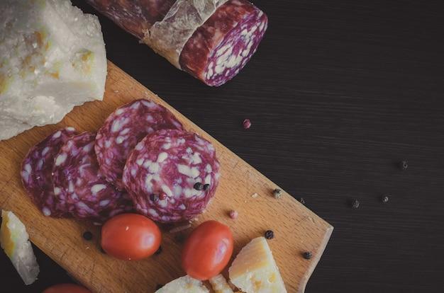 Tomaten, worst en kaas parmezaanse kaas