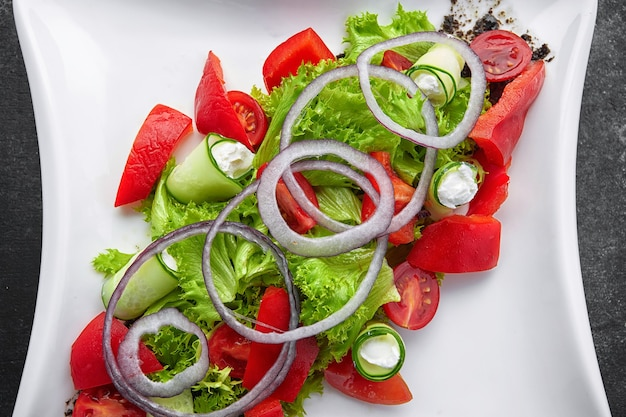 Tomatenkersensalade met basilicum zwarte peper en ui Premium Foto