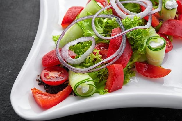 Tomatenkersensalade met basilicum zwarte peper en ui