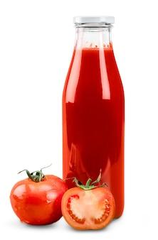 Tomatenketchup fles en rijpe tomaten. geïsoleerd op witte achtergrond