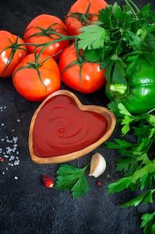 Tomatenketchup saus met knoflook