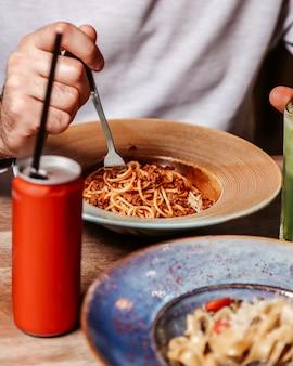Tomatenpasta met gehakt vlees en coca-cola