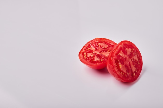 Tomatenplakken die op grijs, hoekmening worden geïsoleerd.