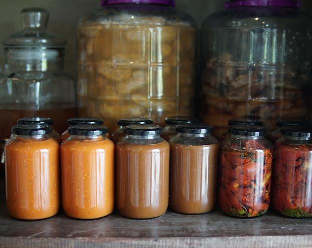 Tomatenpuree en zongedroogde tomaten gemarineerd in olijfolie in glazen pot