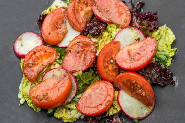 Tomatensalade met basilicum, zwarte peper en knoflook
