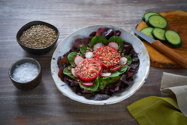Tomatensalade met zaden radijs spinazie sla