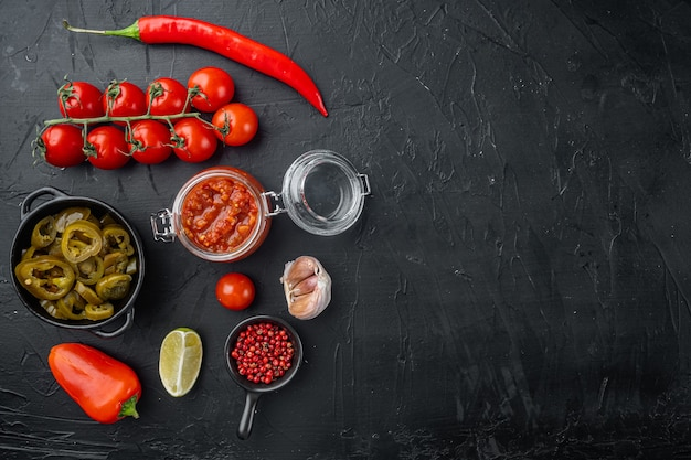 Tomatensalsa of salsa roja - traditionele mexicaanse onderdompeling, op zwarte achtergrond