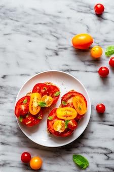 Tomatensandwich op marmer