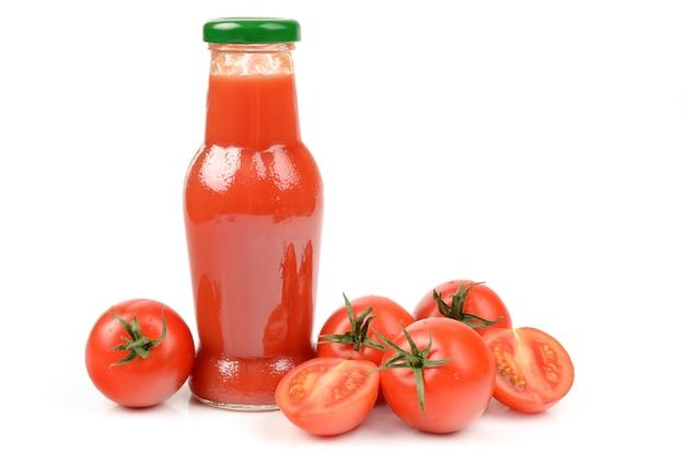 Tomatensap geïsoleerd op wit