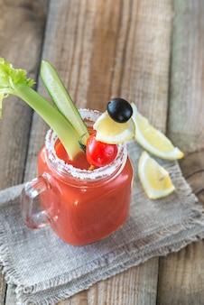 Tomatensap in de glazen pot