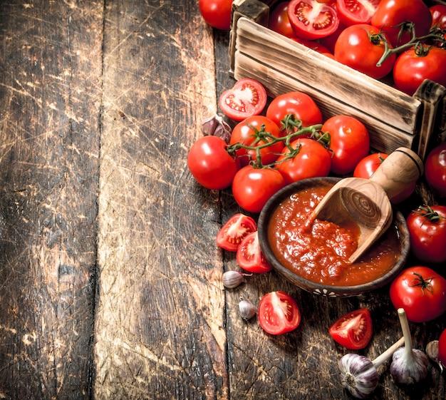 Tomatensaus met kruiden en knoflook in de oude bak. op houten achtergrond.
